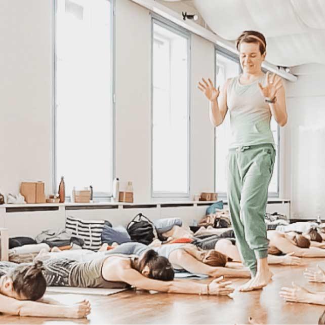 Nancy erklärend bei einer praktischen Yoga Einheit