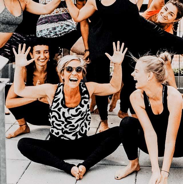 Fröhlich strahlende Teilnehmer der Yoga Ausbildung